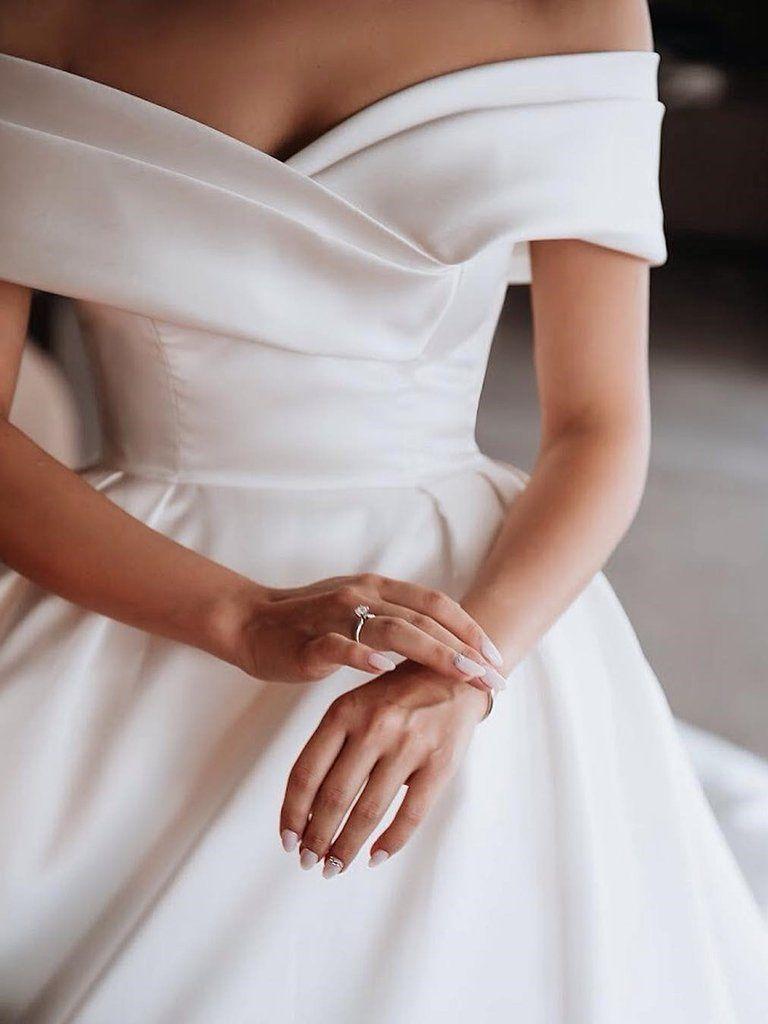 Trendy w modzie ślubnej na sezon 2021 - gładkie suknie ślubne