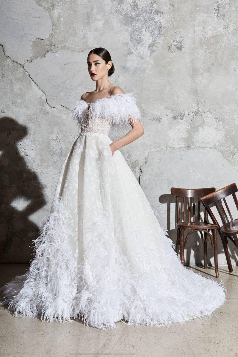 Trendy w modzie ślubnej na sezon 2021 - suknie z piórami