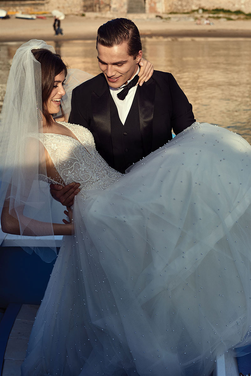 Trendy w modzie ślubnej na sezon 2021- suknie ślubne z perłami